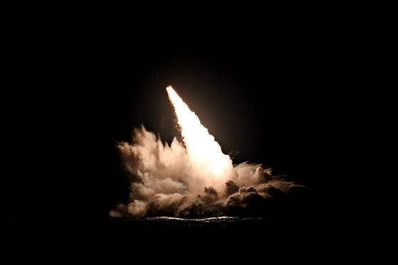 미 해군이 지난 4일 캘리포니아 남부 해안 인근에서 쏘아올린 SLBM. [사진 미 해군]