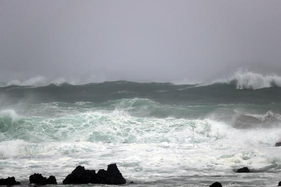 제13호 태풍 '링링'이 빠르게 북상 중인 6일 오후 제주 서귀포시 예래동 인근 해안에서 파도가 거세게 치고 있다. [뉴스1]