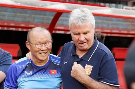 박항서(왼쪽) 베트남 U-22대표팀 감독과 거스 히딩크 중국 U-22대표팀 감독이 8일 맞대결을 앞두고 환하게 웃고 있다. 두 사람은 2002년 월드컵 당시 코치와 감독으로 4강신화를 썼었다. [사진 = 베트남축구협회 캡처]