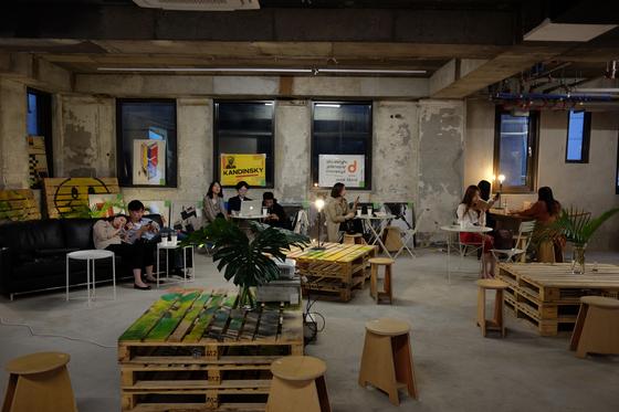프로젝트 렌트의 첫번째 프로젝트, 22days. 아러바우트 커피와 오키로북스의 책들이 어우러진 복합문화공간이다. [사진 필라멘트앤코]
