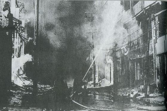 1941년 2월 28일부터 8월 23일까지 계속된 충칭 대폭격 당시 불타는 시가지 모습. [위키피디아]