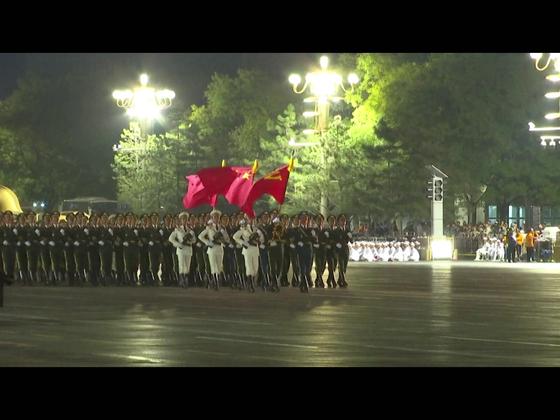 7일 밤 베이징 천안문 앞 창안가를 중국 인민해방군 삼군의장대가 행진하고 있다. [CC-TV 캡처]