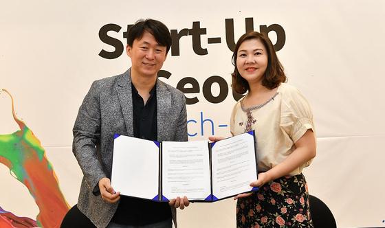 서형준 토이스미스 대표(왼쪽)와 와링 라오퐁한 윈원 대표가 6일 태국 진출을 위한 업무협약을 맺은 뒤 기념 촬영을 하고 있다. [사진 서울시]