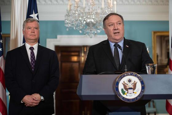 지난해 8월 23일 마이크 폼페이오 미국 국무장관(오른쪽)이 스티븐 비건 국무부 대북특별대표의 임명을 발표하고 있다. [AFP=연합뉴스]