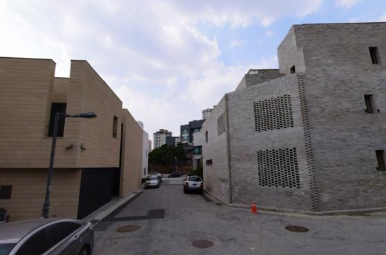 판교에 있는 중정형 집의 모습. 마당은 집 안으로 끌어들이고 내부가 보이지 않게 길쪽으로 최대한 벽을 붙였다. [사진 네이버 로드뷰]