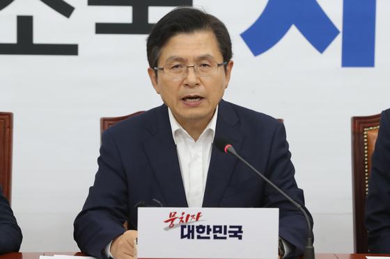 황교안 자유한국당 대표가 8일 오후 서울 여의도 국회에서 열린 긴급 최고위원회의에서 모두발언을 하고 있다.