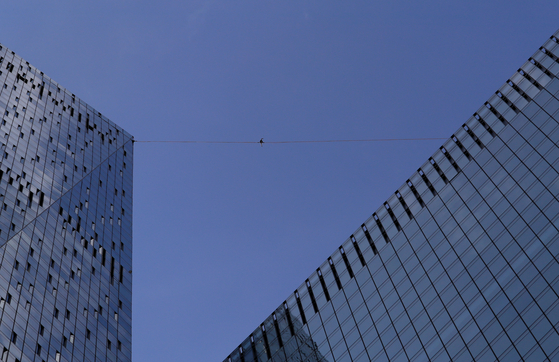 """A tightrope walker performs on a rope between skyscrapers of the Moscow International Business Centre, also known as """"Moskva-City"""", in Moscow, Russia September 7, 2019. REUTERS/Tatyana Makeyeva/2019-09-08 02:35:19/ <저작권자 ⓒ 1980-2019 ㈜연합뉴스. 무단 전재 재배포 금지.>"""
