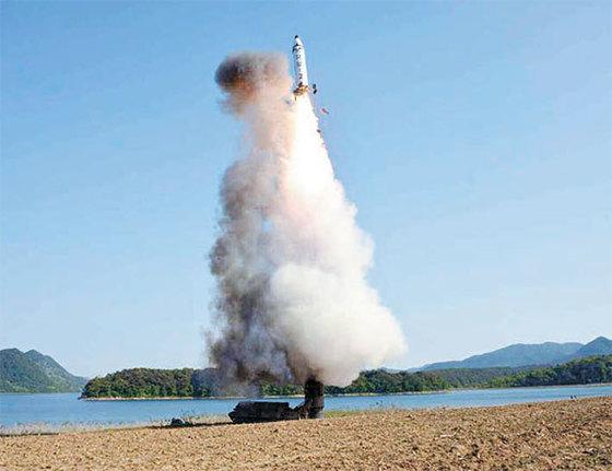 북한이 북부 국경 미사일기지에 실전 배치한 고체연료 중거리 탄도미사일 '북극성-2형'의 2017년 5월 22일 시험 발사 모습.[연합뉴스]