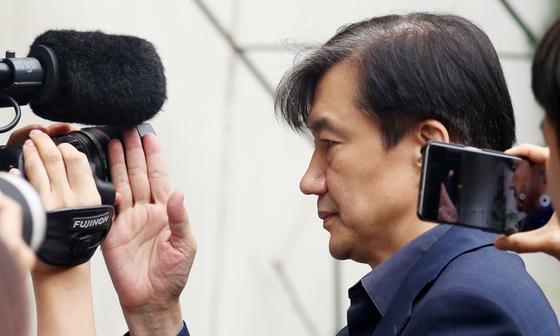 조국 법무부 장관 후보자가 8일 오후 서울 방배동 자택으로 들어서고 있다. [뉴스1]