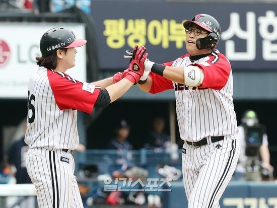LG 채은성(오른쪽)이 8일 잠실 두산전에서 역전 2점 홈런을 기록한 뒤 득점을 올린 이형종의 축하를 받고 있다. 잠실=김민규 기자