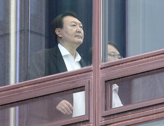윤석열 검찰총장이 9일 오후 서울 서초구 대검찰청에서 점심식사를 마친 후 청사로 이동하고 있다. [뉴스1]