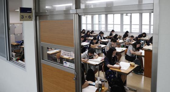지난 4일 대전의 한 고교에서 3학년 수험생들이 9월 전국연합학력평가 1교시 국어 영역 시험을 치고 있다. [뉴스1]
