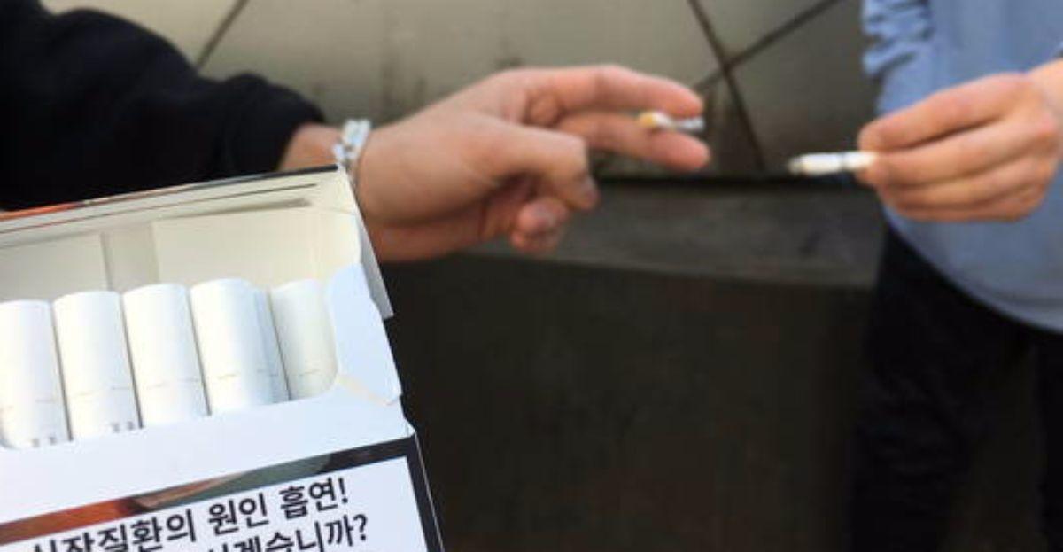 홍대 인근 길가에서 흡연자들이 담배를 피우고 있다. 흡연자 주변에서 담배 연기를 마시면 고혈압 위험이 높아지는 것으로 나타났다. [중앙DB]
