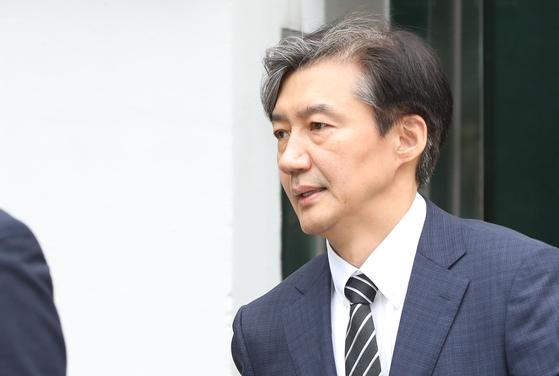조국 신임 법무부 장관이 9일 장관 임명 발표 후 서울 서초구 방배동 자택을 나서고 있다. [연합뉴스]