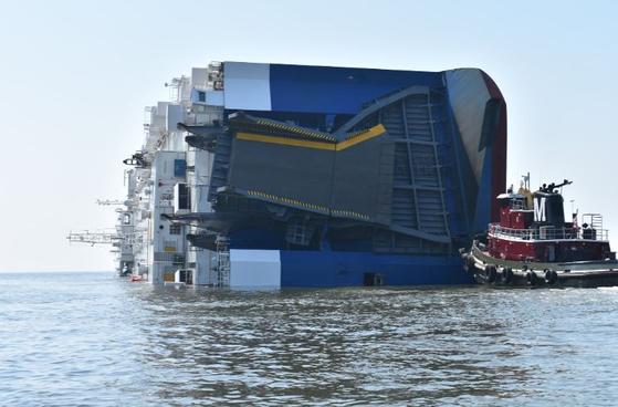 사고 선박이 전도됐다.