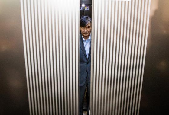 조국 법무부 장관이 지난달 27일 후보자 시절 인사청문회 준비 사무실이 마련된 서울 종로구 한 건물로 출근하는 모습. [연합뉴스]