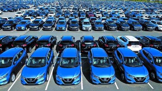 러시아 상트 페테르부르크 닛산 공장에 생산한 차량들이 주차돼 있다. 닛산은 지난 7월 1만명을 감원하는 구조조정안을 내놨다. [타스=연합뉴스]