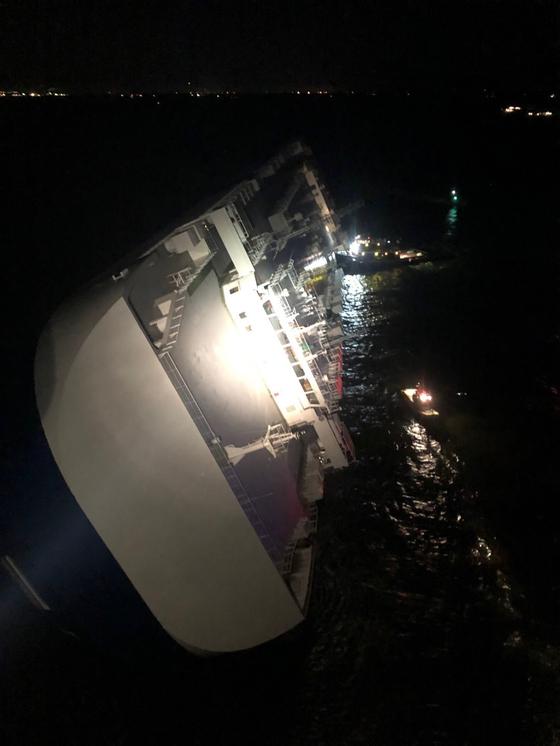 8일(현지시간) 조지아주 해상에서 전도된 차량운반 '골든레이호'. [사진 @USCG Southeast 트위터 캡처]