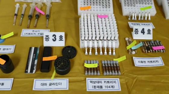 경찰이 현대그룹 3세 정현선(29)씨가 구입해 투약한 액상대마 카트리지 등 압수 물품을 공개하고 있다. [연합뉴스]