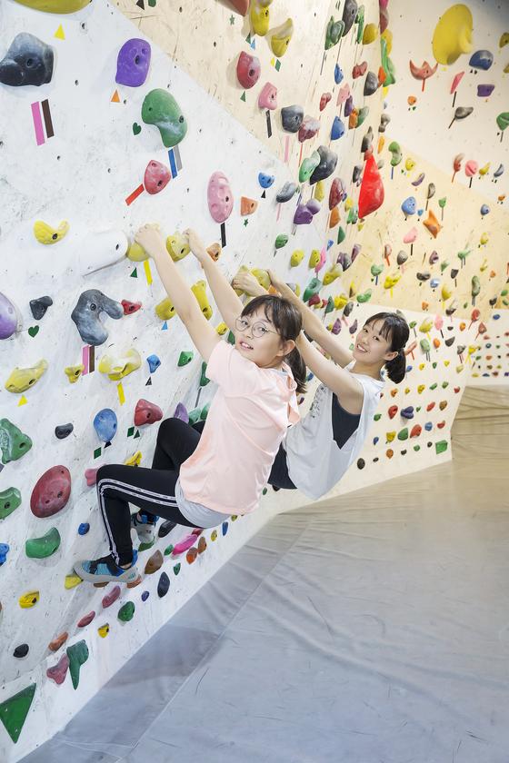 우은성(왼쪽)·김나연 학생기자가 실내 클라이밍을 배우기로 했다.