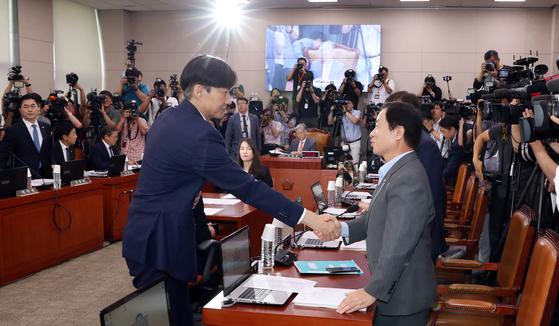 조국 법무장관이 지난 6일 서울 여의도 국회에서 열린 후보자 인사청문회에서 주광덕 자유한국당 의원과 인사를 나누고 있다. [중앙포토]