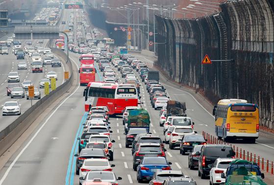 지난 2월 설 연휴에 귀성 차량이 경부고속도로에서 정체를 빚고 있다. 도로공사는 올 추석 연휴가 4일로 짧아 곳곳이 막힐 것으로 예상했다. [연합뉴스]