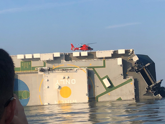 9일 오전(현지시간) 구조를 위해 헬기가 선체에 접근하고 있다. [미 USCG 트위터]