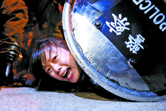 2일 송환법 반대 시위에 참여한 시위자가 경찰에 의해 진압당하고 있는 모습. [로이터=연합뉴스]