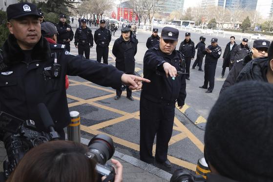 지난 3월 8일 중국 경찰이 중국 당국에 항의하는 시민들을 취재하러 나온 기자들이 시민들에게 가까이 가지 못하도록 막고 있다. [AP=연합뉴스]
