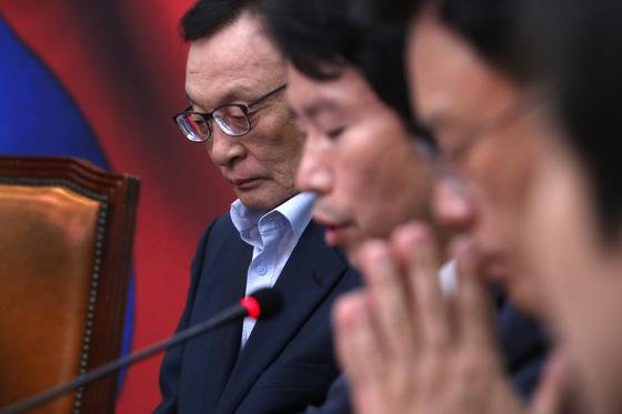 이해찬 더불어민주당 대표(왼쪽)가 9일 국회에서 열린 최고위원회의에 참석해 침통한 표정으로 생각에 잠겨있다. 오른쪽은 이인영 원내대표. 오종택 기자