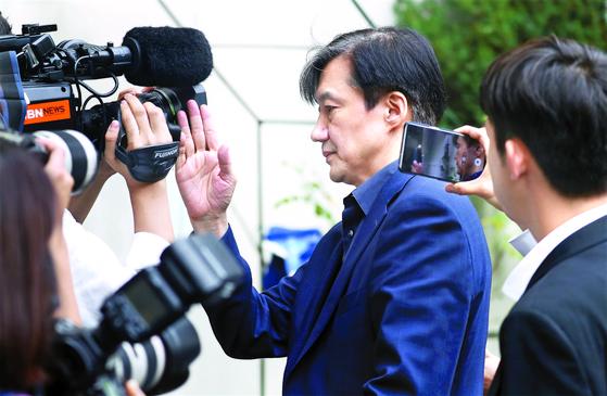 조국 법무부 장관 후보자가 8일 오후 서울 서초구 방배동 자택으로 들어서고 있다. [뉴스1]