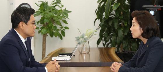 나경원 자유한국당 원내대표(오른쪽)가 10일 국회 바른미래당 원내대표실을 방문해 오신환 원내대표와 이야기를 나누고 있다. [연합뉴스]