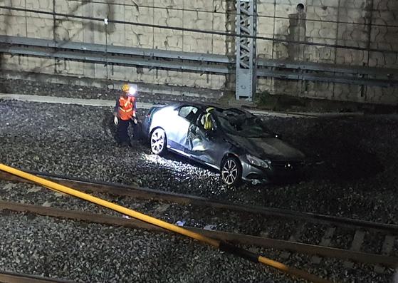 9일 오후 11시 23분쯤 대구 동구 효목네거리 고가도로에서 승용차가 동대구역과 고모역 사이 철로 위로 떨어지는 사고가 발생했다. [연합뉴스]