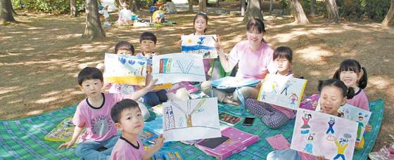 2017년 강남구 글짓기 그림 그리기 대회에 참가한 어린이들의 모습.