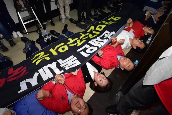 지난 4월 29일 저녁 국회에서 열린 사법개혁특별위원회 전체회의에서 공수처 법안이 패스트트랙(신속처리안건)으로 지정되자 나경원 자유한국당 원내대표 등 의원들이 회의장 앞에서 항의 시위를 펼치고 있다. 김경록 기자