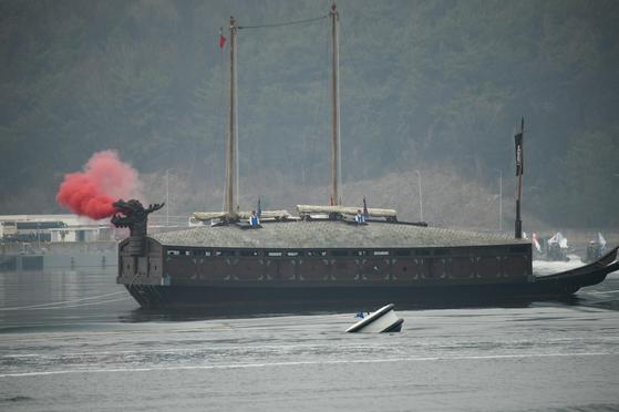 1999년 해군이 복원한 거북선 모습. 이번에 새로 복원되는 거북선의 용머리 부분은 위 사진 속 잠망경 형태에서 자라목 형태로 바뀔 가능성이 크다.