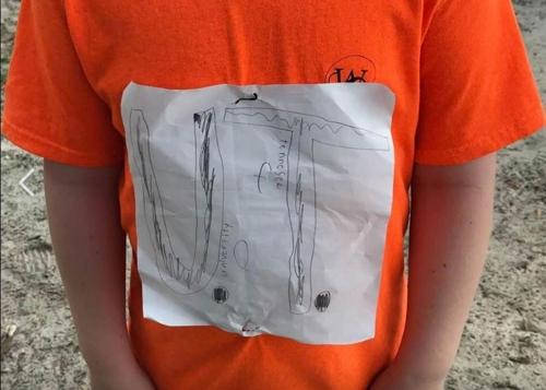 미국의 한 초등학생이 지난 2일 학교에 처음 입고 온 '수제' 테네시주립대 티셔츠. [로라 스나이더 교사 페이스북=연합뉴스]