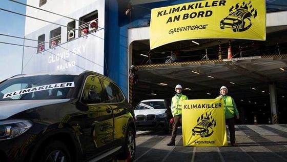 지난 7일 그린피스 활동가들이 항만에 들어온 SUV 차량이 배에서 내리지 못하게 막는 활동을 하고 있다. 현수막에 쓰인 글씨는 '기후 파괴자가 타고 있다'는 뜻. [그린피스 독일사무소]