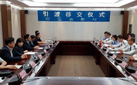 법무부는 10일 중국 사법당국과 범죄인 5명을 강제송환받는 내용의 인도송환식을 가졌다. [사진 법무부]