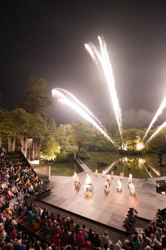 지난 7일 일본 도야마현 도가 연극촌 원형 야외무대에서 공연된 스즈키 컴퍼니 오브 도가의 '세상의 끝에서 안녕'. 이 연극촌을 조성한 세계적인 연출가 스즈키 다다시의 작품이다. [사진 SCOT]