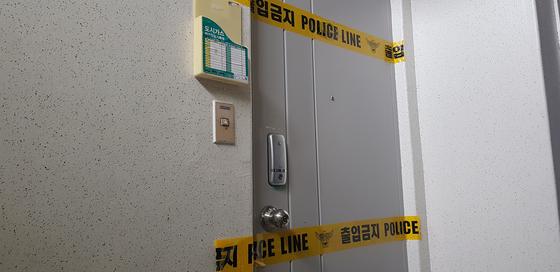 지난 4일 대전시 중구의 한 아파트에서 발생한 일가족 사망사건과 관련, 경찰이 아파트 현관 문에 출입을 통제하는 폴리스 라인을 설치했다. [중앙포토]