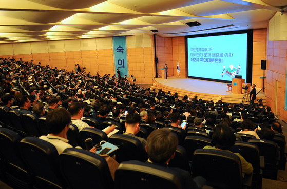 국가기후환경회의가 주최한 '미세먼지 문제 해결을 위한 제2차 국민대토론회'가 7일 충남 천안의 계성원(교보생명 연수원)에서 열리고 있다. [연합뉴스]