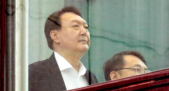윤석열 검찰총장이 지난 9일 서울 서초구 대검찰청에서 점심 식사를 마치고 이동하고 있다. [연합뉴스]