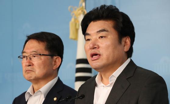 자유한국당 원유철(오른쪽), 백승주 의원이 10일 오후 국회 정론관에서 이날 새벽에 발사된 북한 발사체 관련 기자회견을 하고 있다. [연합뉴스]