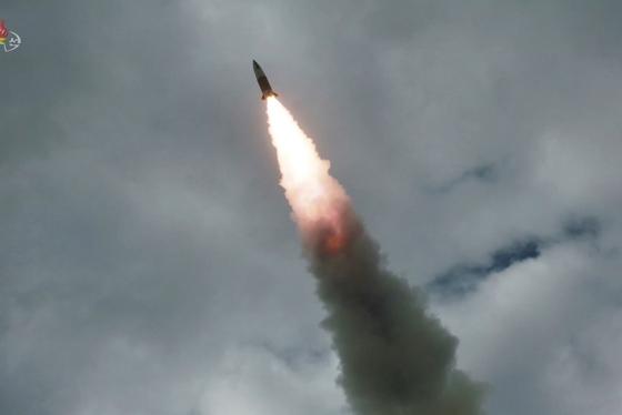 지난 8월 16일 '북한판 에이태큼스'로 불리는 단거리 탄도미사일이 비행하는 모습. 10일 북한의 발사체는 이 미사일일 가능성이 제기된다. [노동신문]