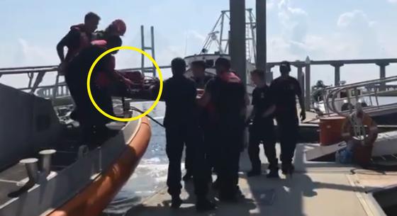 골든레이호에 갇혔던 마지막 남은 1명의 한국인 선원이 구조되는 모습. [미 해양경비대 트위터]