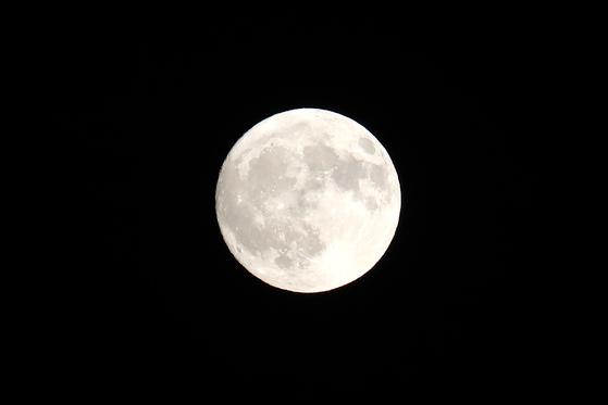 지난해 추석 당일인 9월 24일에 또렷하게 뜬 보름달. [뉴스1]