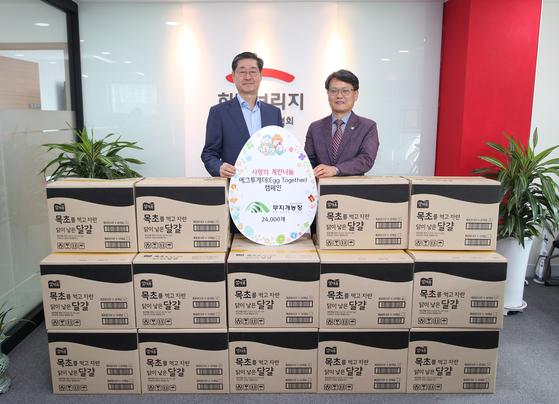 희망브리지 전국재해구호협회 본사에서 계란자조금관리위원회 김종준 사무국장(사진 오른쪽)이 희망브리지 전국재해구호협회 송필호 회장에게 계란 24,000개를 전달했다.