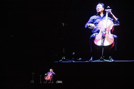8일 올림픽공원 체조경기장에서 바흐의 모음곡 전곡을 연주한 첼리스트 요요마. [사진 크레디아]