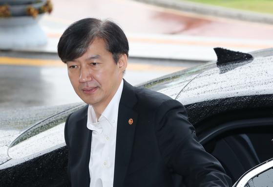 조국 법무부 장관이 10일 오후 정부과천청사 법무부로 출근하고 있다. [연합뉴스]